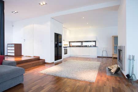 Enorme habitación familiar brillante con espacio para cocinar