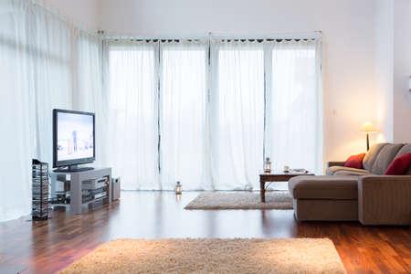 big windows: Светлая гостиная с большими окнами с занавесками
