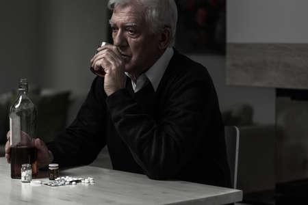 tomando alcohol: Foto de mayor hombre triste consumo de alcohol por sí solo