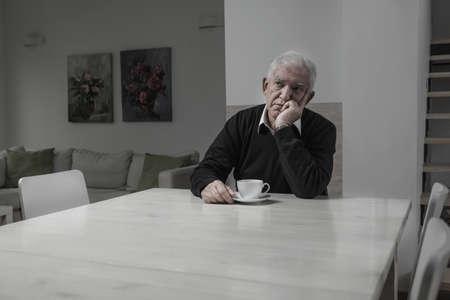 Senior trieste eenzame man en zijn koffie tijd Stockfoto