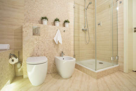 piastrelle bagno: Doccia con porta in vetro in moderna toilette fantasia
