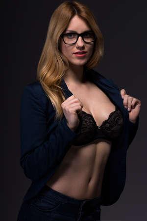 cuerpos desnudos: Empresaria belleza provocativa mostrando su sujetador atractivo