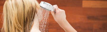 シャワーを浴びている金髪の女性の写真
