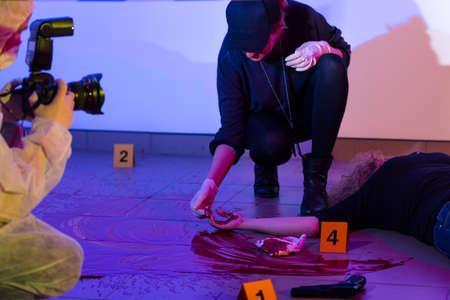 escena del crimen: Criminalista mujer trabajando en una escena del crimen Foto de archivo