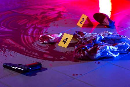 살인 사건 현장에서 증거와 혈액 스톡 콘텐츠