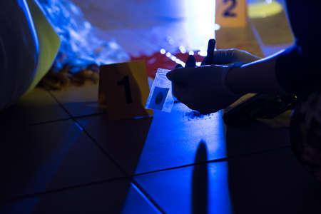 Close-up van forensisch wetenschapper voorkomen bewijs van een misdrijf