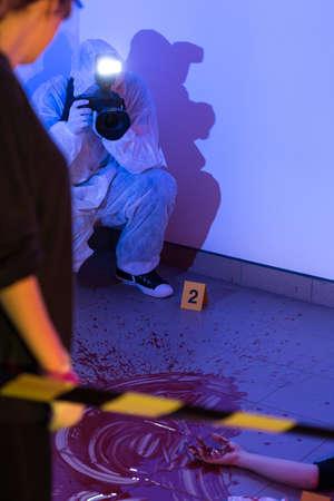 crime scene: Imagen presentar la inspección visual de la escena del crimen