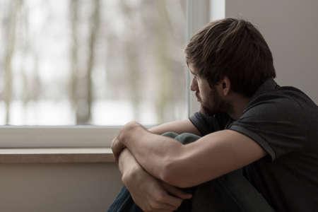 우울증을 앓고 젊은 남자의 초상화