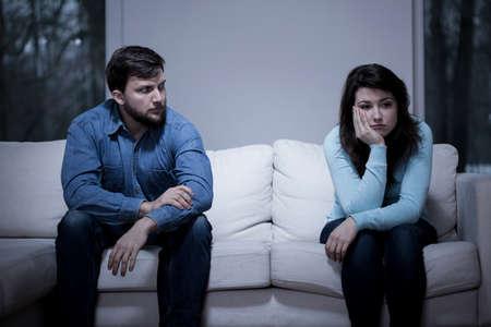 marido y mujer: Pareja preocupante joven sentado en el sof�