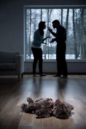 violencia: Vista vertical de los padres argumentando en casa
