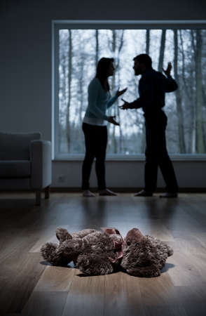 violencia intrafamiliar: Vista vertical de la violencia en el hogar del ni�o Foto de archivo
