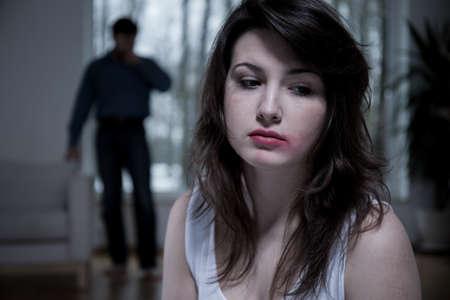 maltrato: Vista horizontal de la víctima de violencia doméstica