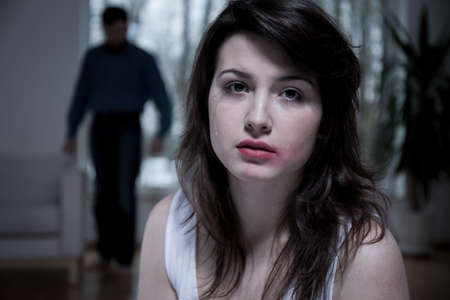 Portret van schreeuwende vrouw met bevlekte make-up Stockfoto