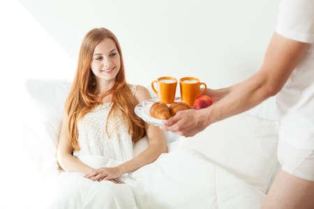 desayuno romantico: Marido prepar� el desayuno a la cama para su novia