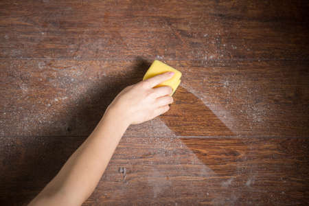 Cleaning dust from the wood in house Stockfoto