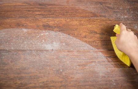manos limpias: Limpiando madera polvorienta usando trapo amarillo