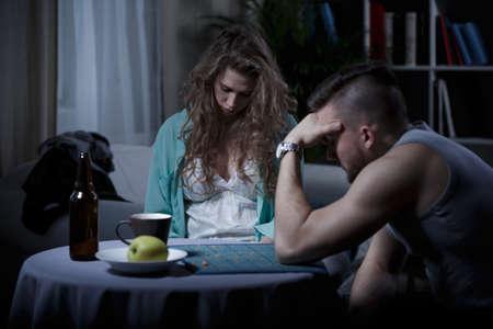 Sleepy ama de casa borracho y su marido cansado