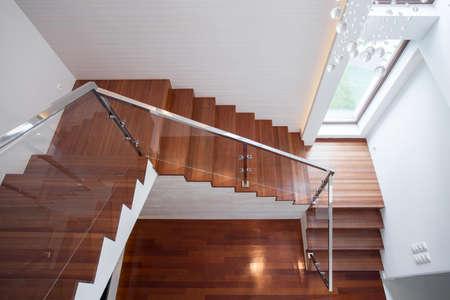 Primer plano de la escalera de madera en la casa de lujo Foto de archivo