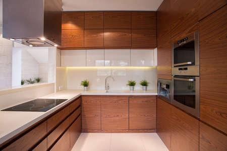 高級エレガントな内装で、木製のキッチン キャビネット 写真素材