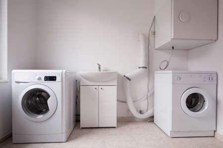 lavanderia: Primer plano de las lavadoras automáticas de ropa