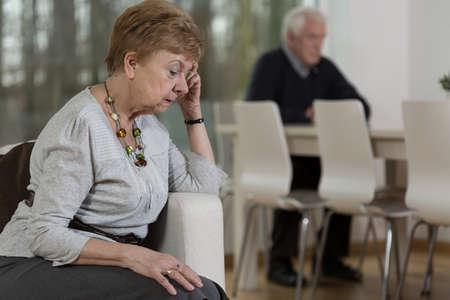 Foto van senior afgebroken huwelijk in geschil Stockfoto