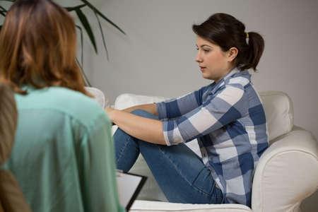 Jonge vrouwen op bezoek bij haar psychotherapeut Stockfoto