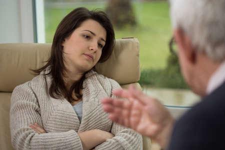 Thérapeute parler à son jeune patient avec la dépression