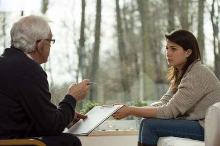 n�vrose: Psychiatre donne un diagnostic � son patient Banque d'images