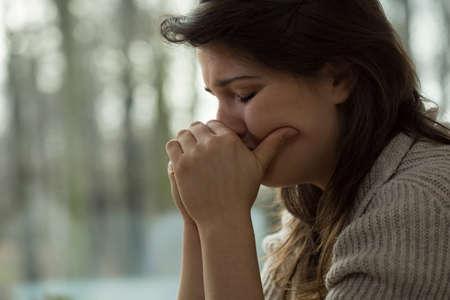 Jonge vrouw met emotionele instorting Stockfoto