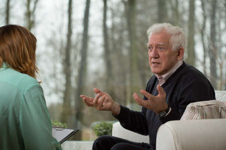 sessão: Psicoterapeuta entrevistá-la cliente idoso