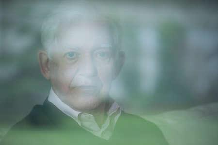 esquizofrenia: Retrato de anciano con enfermedad mental