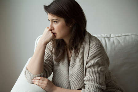 一人で座っている憂鬱な女性の肖像画 写真素材