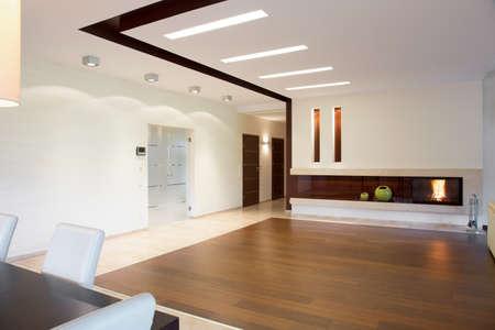 Grote open ruimte in stijlvol thuis Stockfoto