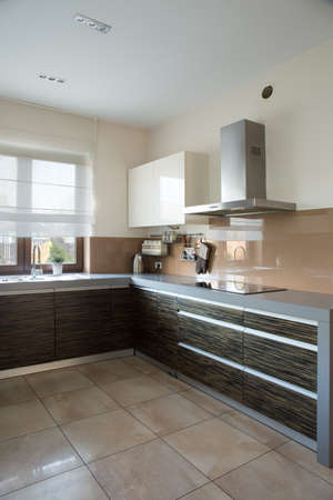 parter: Functional contemporary kitchen with wide worktop