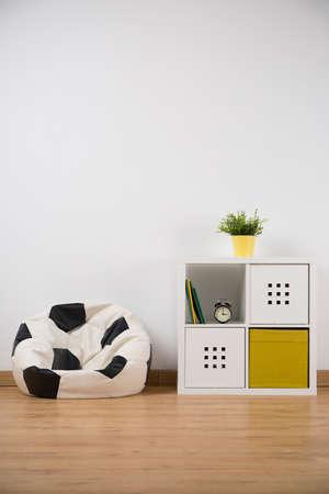 소년의 방에 공 모양의 소파와 디자인 찬장 스톡 콘텐츠