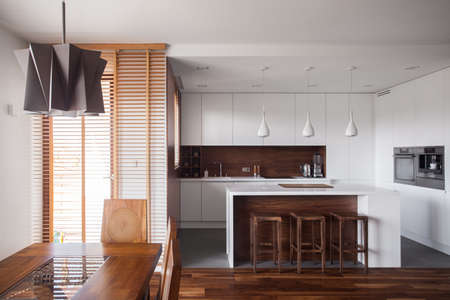 cucina moderna: Immagine di design per la casa marrone e bianco