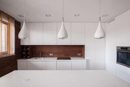木造の詳細と美白の伝統的なキッチン 写真素材 - 39459828