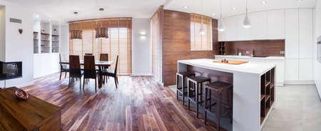 silla de madera: Vista interior de madera elegante casa unifamiliar Foto de archivo