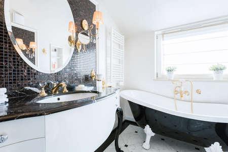 Image de la nouvelle salle de bains de style baroque à la mode Banque d'images