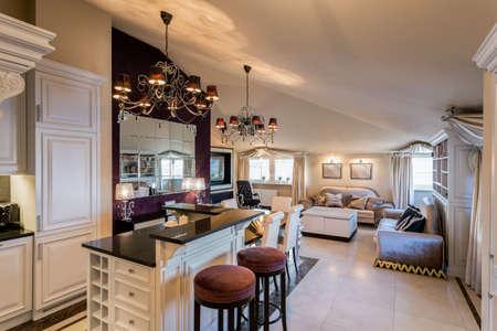 Luxe keuken met eiland verbonden met een ruime woonkamer