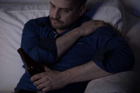 저녁에 맥주를 마시는 외로운 성숙한 남자