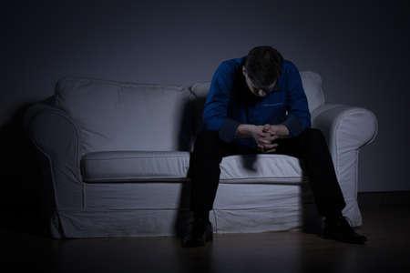 절망 남자의 이미지는 그의 문제에 대해 생각