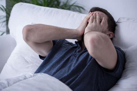 agotado: Hombre cansado hermoso joven con el insomnio Foto de archivo