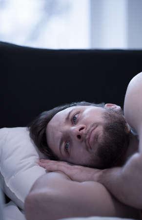 若い目を覚ますしようと眠りに落ちる男のクローズ アップ