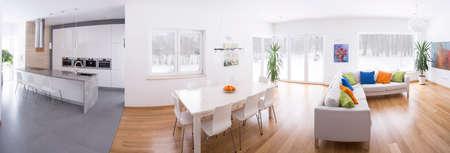 넓은 라운지와 연결된 현대 부엌의 파노라마 사진