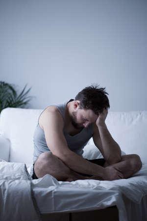 desorden: Hombre cansado hermoso joven con la falta de sueño Foto de archivo