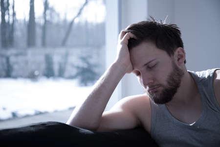 gente durmiendo: Hombre con sueño atractiva joven que toma una siesta corta