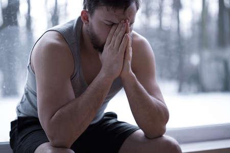 ansiedad: Hombre hermoso joven cansado despu�s de noche de insomnio Foto de archivo
