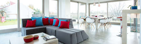 familia cenando: Amplia sala de estar de lujo en gran residencia - panorama