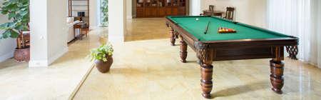 Table de billard dans le salon dans l'appartement de luxe, panorama Banque d'images - 39650421
